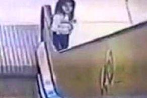 نجات حیرت آور دختری که در پله برقی گیر کرده بود + عکس