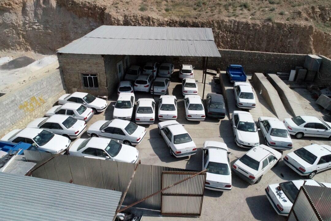 کشف ۴۴ دستگاه خودرو احتکار شده در حیاط یک خانه