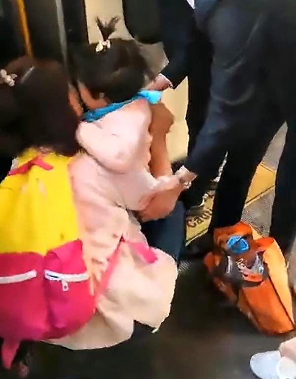 افتادن هولناک کودک زیر قطار مترو حین گوشی بازی مادر!+ عکس