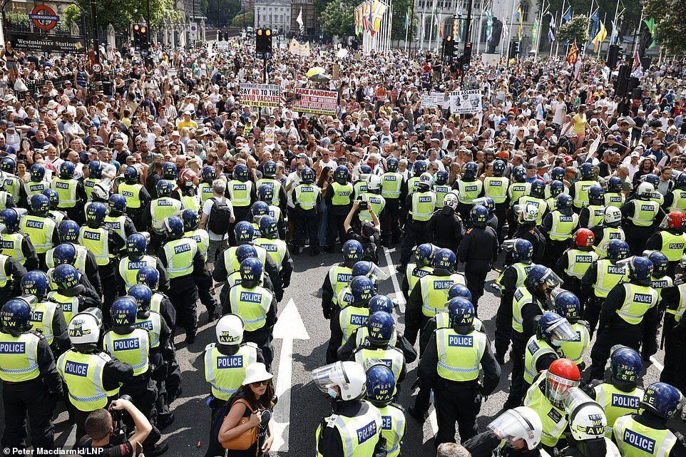 تظاهرات مقابل پارلمان به خشونت کشیده شد!