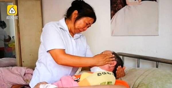 غذا دادن 4ساله زن با دهان به شوهر بیمارش + عکس