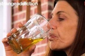 زنی که به خوردن ادرارش اعتیاد دارد! + عکس