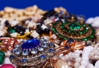 برگزاری مراسم عروسی با 60کیلو طلا و جواهر بر سر و گردن عروس!